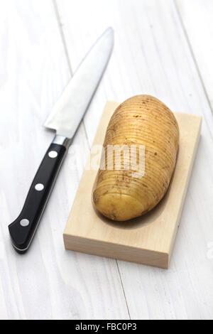 Hasselback Kartoffeln machen, die schwedische Lebensmittel - Stockfoto