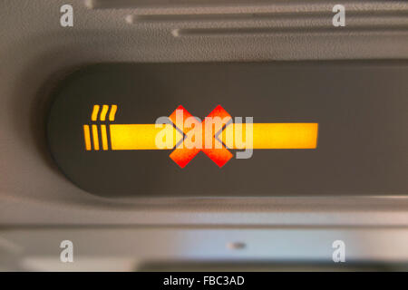 """Flugzeug """"no Smoking"""" / keine / nicht Zigarette Schild beleuchtet & beleuchtet während eines Fluges in einem A320 - Stockfoto"""