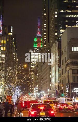 Menschen drängen sich 5th Avenue am Abend in der Weihnachtszeit mit dem Empire State Gebäude beleuchtet bis zum - Stockfoto