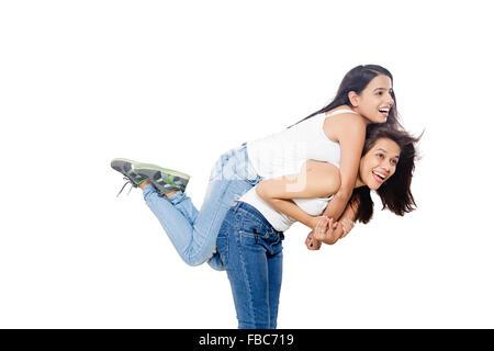 2 indische Junge Womans Freunde Huckepack Reiten - Stockfoto