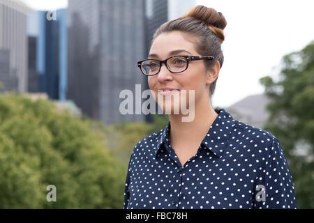 Engen Schuss eine junge professionelle Business-Frau mit Hochhaus im Hintergrund. Fotografiert in New York City, - Stockfoto