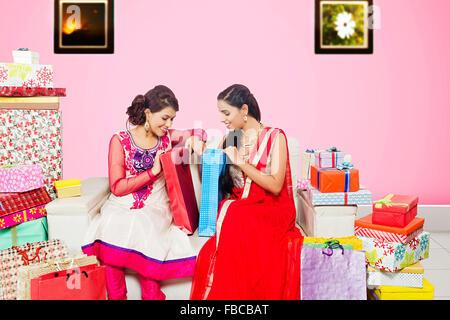 2 indische Junge Womans Freunde sitzen zu Hause Fülle Shoping spähen - Stockfoto