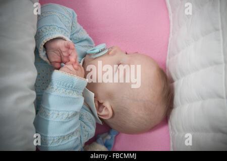 Schlafen vier Monate baby boy in Kinderbett herumliegen, Ansicht von oben - Stockfoto