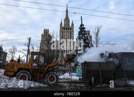 Moskau, Russland. 14. Januar 2016. Eine Schneeschmelze Maschine auf Kudrinskaya Platz. © Vyacheslav Prokofiev/TASS/Alamy - Stockfoto