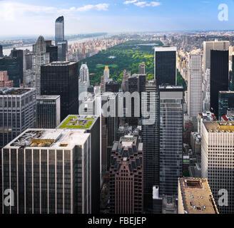 New Yorker Skyline mit urbanen Wolkenkratzer bei Sonnenuntergang, USA. Stockfoto
