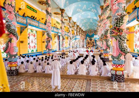 Cao Dai-Zeremonie in Tay Ninh in der Nähe von Ho-Chi-Minh-Stadt (Saigon), Vietnam. - Stockfoto