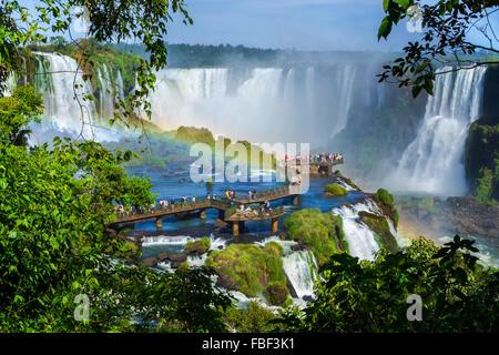 Touristen in Iguazu Wasserfälle, eines der großen Naturwunder der Welt an der Grenze zwischen Argentinien und Brasilien. - Stockfoto