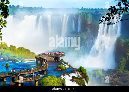 Touristen in Iguazu Wasserfälle, eines der großen Naturwunder der Welt an der Grenze zwischen Brasilien und Argentinien. - Stockfoto