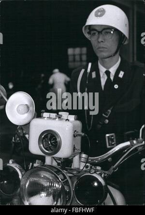 1980 - Tokyo Geschwindigkeit Bullen jetzt Foto Verkehr Verletzung Fahrzeuge. Tokios Motorrad Polizei haben automatische - Stockfoto