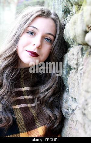 Schöne junge Frau lächelt - Stockfoto