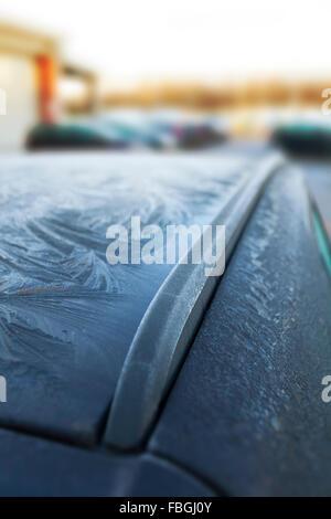 Eis von Mustern aus über Nacht Frost auf einem Dach Auto in ein Parkhaus in der Stadt von Winsford, Cheshire, Großbritannien - Stockfoto