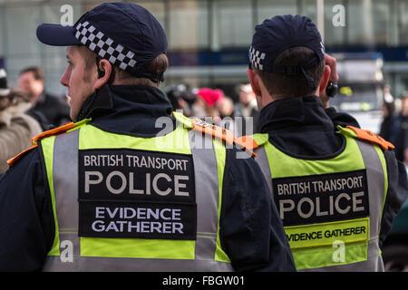 London, UK. 16. Januar 2016. British Transport Police Beweise sammeln Einheit Wachen von Demonstranten außerhalb - Stockfoto
