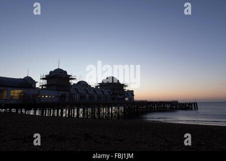 Sonnenaufgang hinter South Parade Pier in Southsea. Kalten knackig Morgen wiederum ein Leuchten bilden und in das - Stockfoto