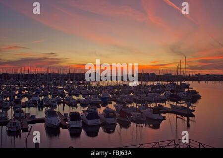 Adelaide, Australien. 17. Januar 2016. Boote in einem Adelaide Marina Hafen sind Silhouette gegen schönen Sonnenuntergang - Stockfoto