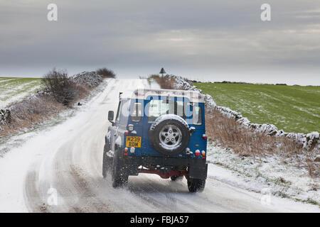 Holestone Moor, Derbyshire, Großbritannien 17. Januar 2016.  Ein Land Rover Defender 4 X 4 verhandelt tückischen - Stockfoto