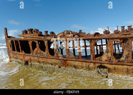 Die rosten Hulk der SS Maheno liegen auf einem Strand auf Fraser Island, Queensland - Stockfoto