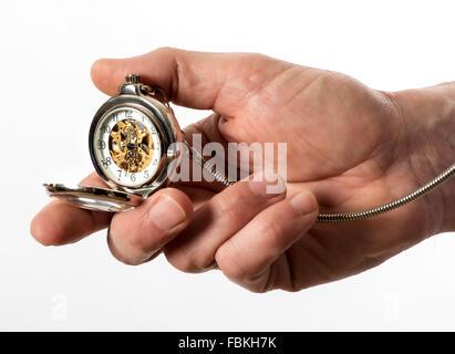 Mann mit einer Taschenuhr Vintage Silber volle Jäger in der Hand geöffnet, um die Bronze-Mechanismus durch das Glas - Stockfoto
