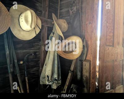 Alte werkzeuge h ngen an der wand in der metallwerkstatt - Bilder an die wand hangen ...