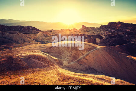 Retro-getönten Sonnenuntergang über Zabriskie Point, Death Valley National Park, USA. - Stockfoto