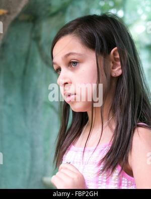 Kleines Mädchen In Gedanken verloren - Stockfoto