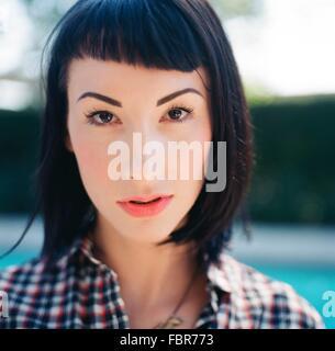 Extreme Nahaufnahme Portrait einer ernsten jungen Frau - Stockfoto