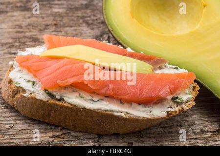 Schließen Sie herauf Bild eine Erfrischung mit Lachs und Avocado auf Brotscheibe - Stockfoto