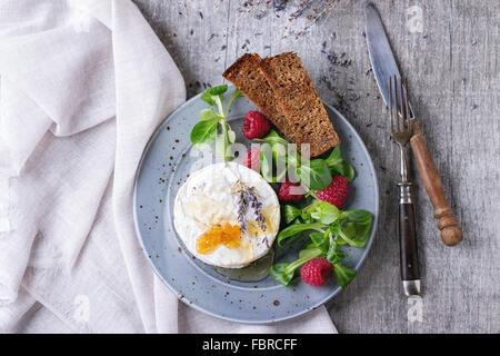 salat mit camembert stockfoto bild 78938168 alamy. Black Bedroom Furniture Sets. Home Design Ideas