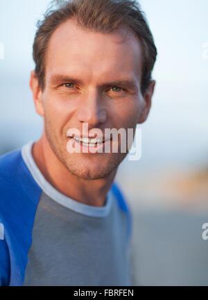 Lächelnder Mann Porträt. Outdoor Shooting - Stockfoto