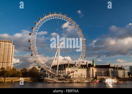 LONDON, ENGLAND - NOVEMBER 20: The London Eye an den Ufern der Themse in London, England am 20. November 2015. - Stockfoto