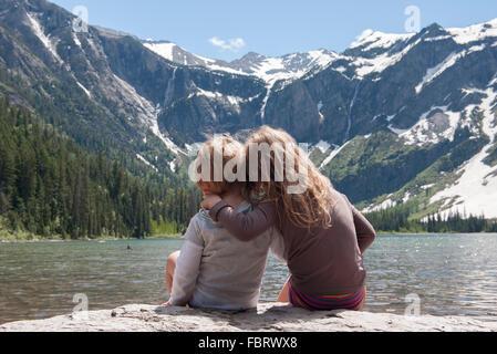 Junge Geschwister Aussicht auf Berge im Glacier National Park, Montana, USA - Stockfoto