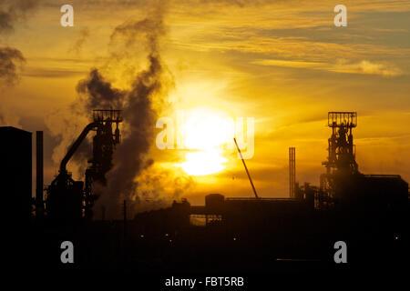 Tata Steel funktioniert, Port Talbot, South Wales, UK. 19. Januar 2016. Morgendämmerung über Tata Steel funktioniert, Port Talbot, nach dem, was eine schwierige Vortag für Arbeiter im Werk war. Tata Steel gestern angekündigt, dass 750 Entlassungen beim Port Talbot Steel Works und eine zusätzliche 300 Arbeitsplätzen an anderer Stelle in Großbritannien erfolgen würde. Bildnachweis: Haydn Denman/Alamy Live-Nachrichten