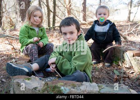 Kinder spielen im Wald - Stockfoto