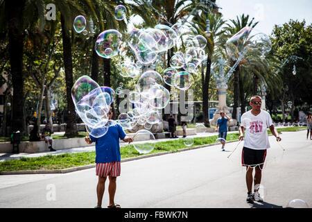 Jungs, die Seifenblasen einer Seife in den Parc De La Ciutadella. Barcelona, Spanien - Stockfoto