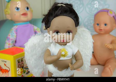 Gruppe von Puppen, schwarze Haut Puppe in Winkel Anzug, weißen Flügeln, Mädchen - Stockfoto