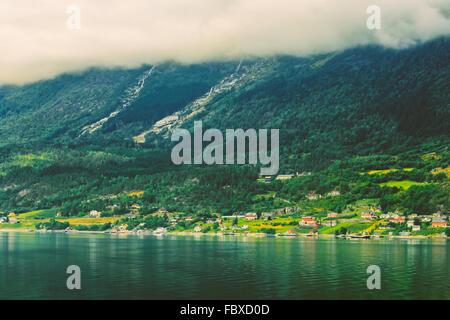 Skandinavisches Dorf am Ufer der Hardangerfjord. Der Hardangerfjord ist die vierte längste Fjord der Welt, und die - Stockfoto