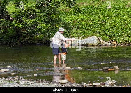 Lehrt einem jungen Fischer, Fliegenfischen auf einen Stream in den Smoky Mountains in der Nähe von Cherokee, North - Stockfoto