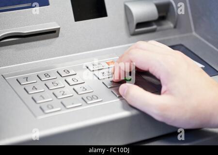 Menschliche Hand atm banking Bankomat Pin-Code eingeben - Stockfoto