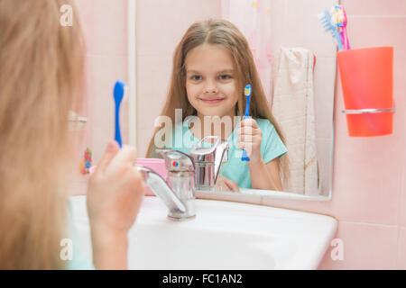 sechs jahre altes m dchen reinigt z hne seite blick in den spiegel im badezimmer stockfoto bild. Black Bedroom Furniture Sets. Home Design Ideas
