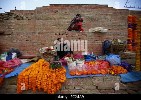 Kathmandu, Nepal. 20. Januar 2016. Nepalesische Frauen erwarten Kunden Blumen vor einem Tempel zu verkaufen, die - Stockfoto