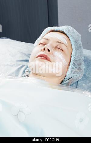 Frau mit Massage Creme auf das Gesicht - Stockfoto