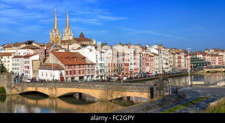 Bayonne Panorama Blick auf die Stadt mit dem Fluss Nive im Vordergrund (Bayonne, Pyrénées Atlantiques, Aquitaine, - Stockfoto