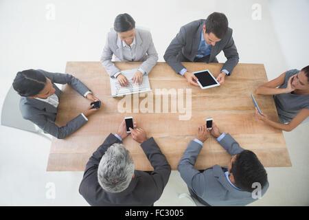 Geschäftsleute in Treffen mit neuen Technologien - Stockfoto
