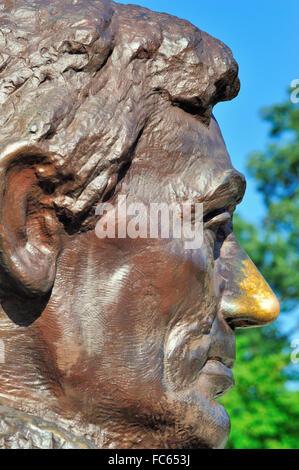 Springfield, Illinois, USA. Eine große Büste Statue am letzte Ruhestätte von Abraham Lincoln, Lincoln's Grab. Touristen - Stockfoto