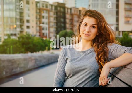 Kaukasische Frau sitzen auf Bank - Stockfoto