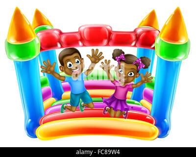 Ein kleiner schwarzer Junge und ein Mädchen Spaß springen auf eine Hüpfburg - Stockfoto