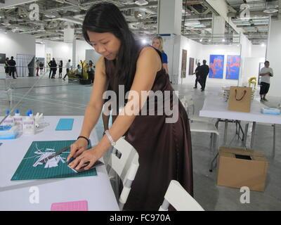 Indonesische Künstler arbeitet Tim und Struppi Wulia auf der Kunstmesse Art Stage in Singapur, 20. Januar 2016. - Stockfoto