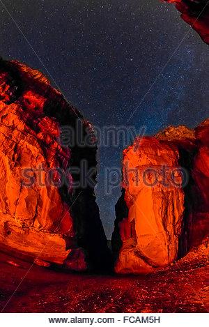 Ein Sternenhimmel über Felsformationen bei Nacht, Petra archäologischen Park, Petra, Jordanien. - Stockfoto
