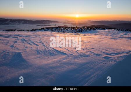 Winter-Sonnenaufgang über gefrorene Landschaft in den rumänischen Karpaten. - Stockfoto