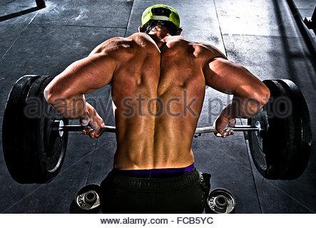 Ein Crossfit Athlet klappt. - Stockfoto