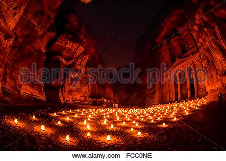 Petra bei Nacht (bei Kerzenschein), The Treasury-Denkmal (Al-Khazneh), Petra archäologische Stätte (ein UNESCO-Weltkulturerbe), - Stockfoto